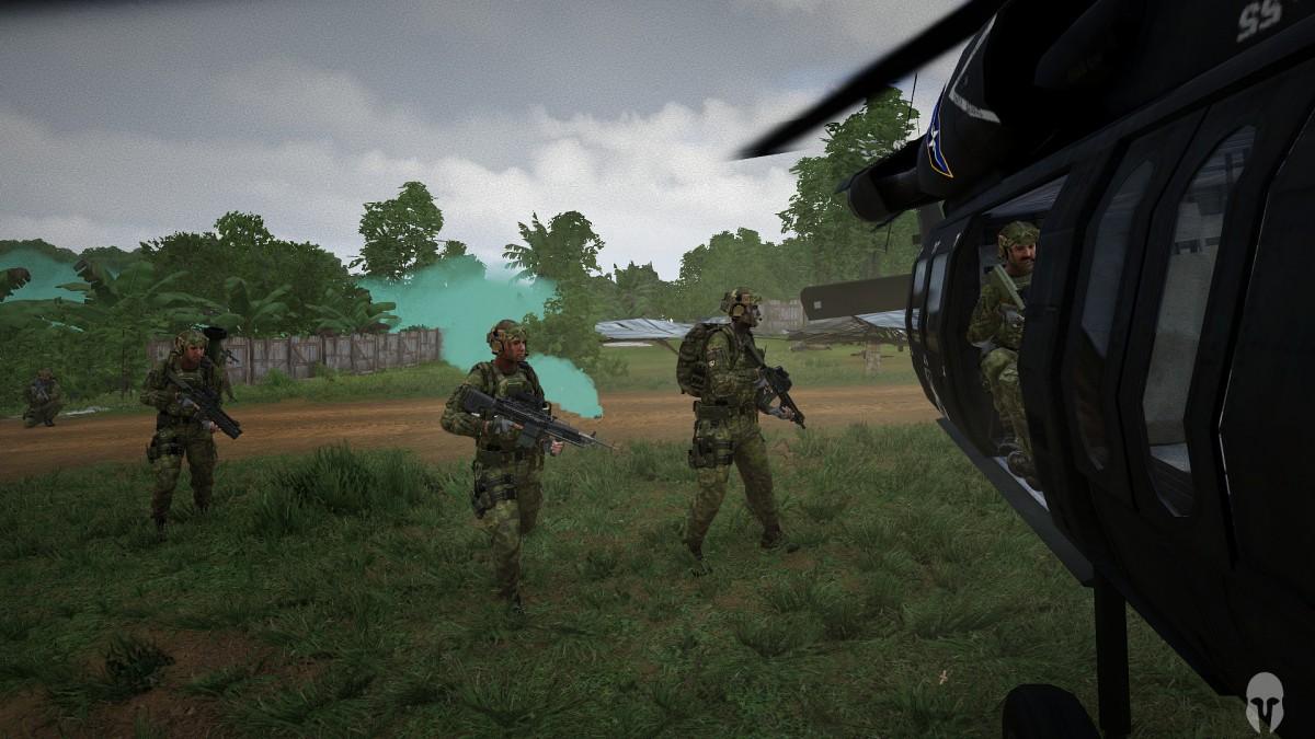 Navy Seals steigen in den Black Hawk ein