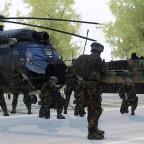 Schweizer Armee bei der Befehlsausgabe