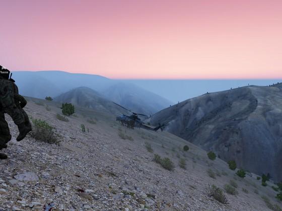 Verwundete zum Heli im Sonnenaufgang auf Takistan